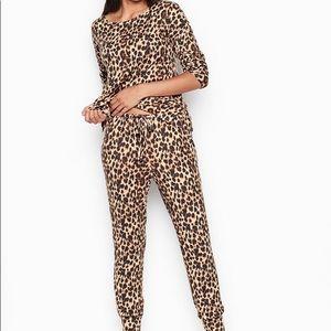 NWT Victoria's Secret Cozy Cheetah jogger pj set M